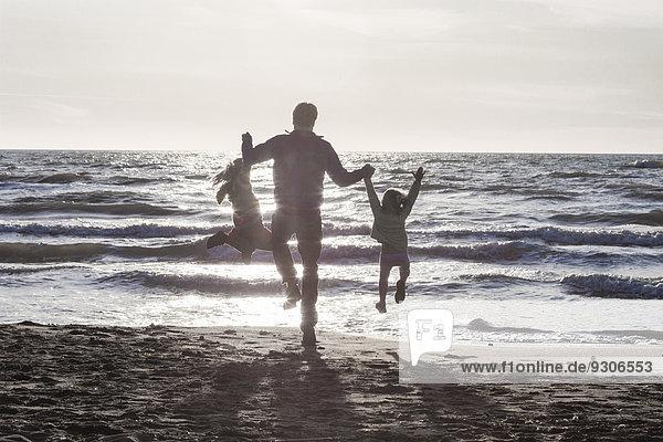 Vater und Töchter am Strand  Italien  Europa