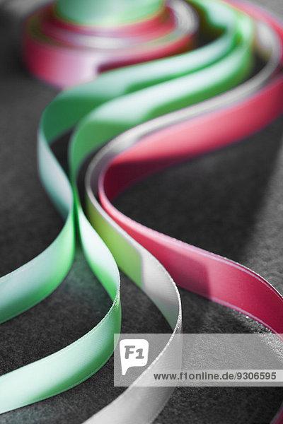 Rote und grüne Papierbänder