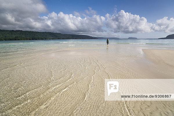 Frau wandert über Sandbank an Strand  Espiritu Santo  Vanuatu