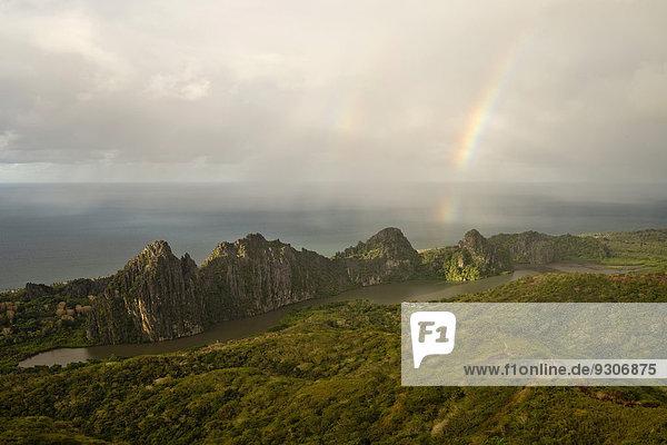 Regenbogen über Linderalique Felsen vor Küste  Hienghène  Nordprovinz  Grande Terre  Neukaledonien
