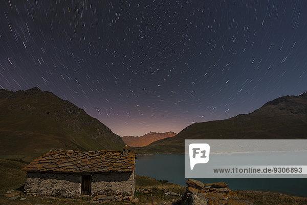 Nachthimmel über dem Lac du Mont Cenis und einer Hütte  Département Savoie  Frankreich