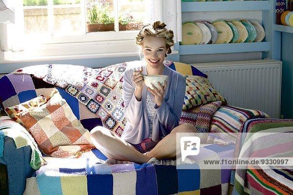 sitzend Getreide Frau Schönheit Couch essen essend isst Haar