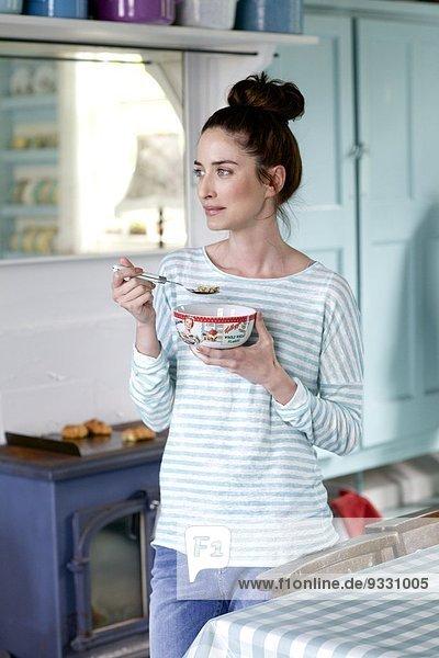 hoch oben stehend Getreide Frau Schönheit Küche essen essend isst Haar