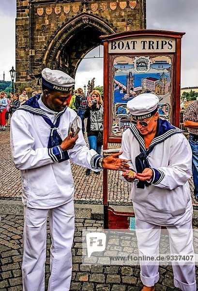 Prag Hauptstadt Reise Boot weiß Fluss Kleidung Verkäufer Fahrschein vorwärts Moldau Segler