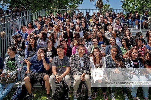 hoch oben Sitzmöbel lächeln multikulturell Schule (Einrichtung) Student Kalifornien Anaheim