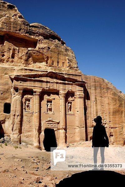 Felsbrocken Frau sehen Silhouette Fassade Hausfassade römisch Sandstein Grabmal