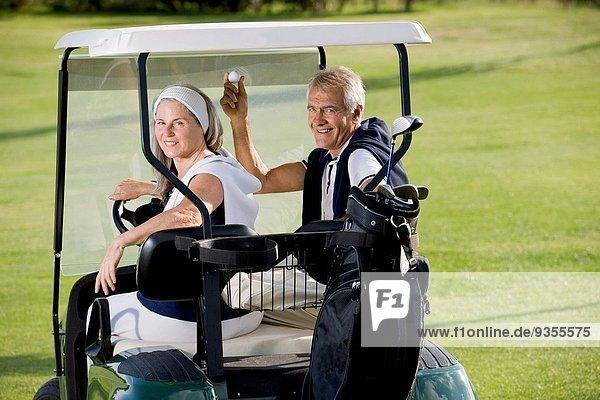 fahren Fuhrwerk reifer Erwachsene reife Erwachsene Golfsport Golf