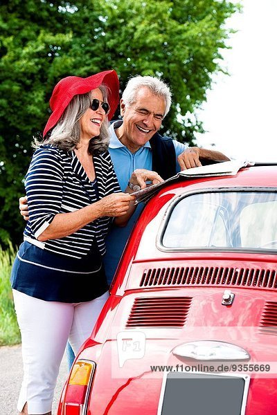 Fröhlichkeit, Auto, Reise, klein, Fernverkehrsstraße, reifer Erwachsene, reife Erwachsene, rot