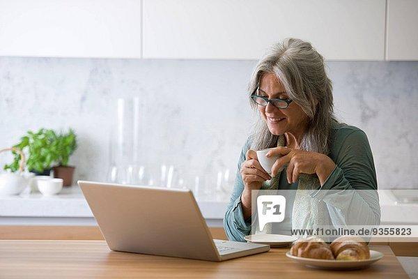 Frau Computer Notebook reifer Erwachsene reife Erwachsene