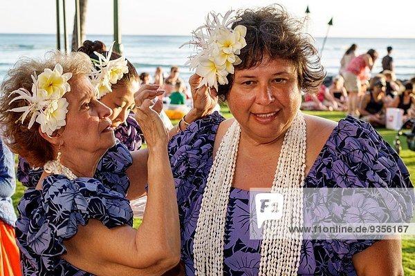 Frau Vorbereitung zeigen Hawaii hawaiianisch Honolulu Pazifischer Ozean Pazifik Stiller Ozean Großer Ozean Waikiki Beach