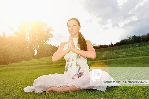 Frau Sommer reifer Erwachsene reife Erwachsene Mittelpunkt Yoga