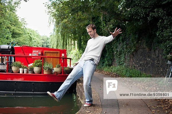 Mann  der vorgibt  in den Kanal zu fallen  East London  UK
