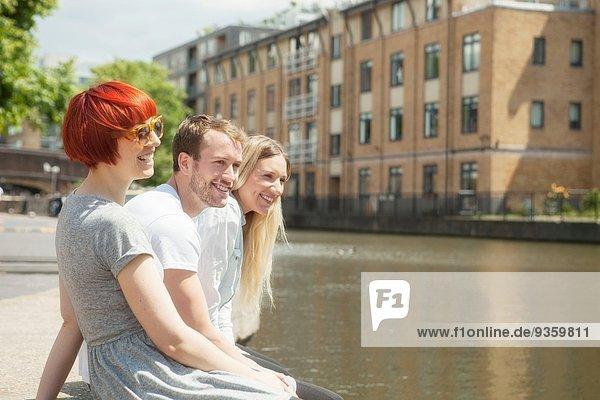 Freunde auf der Kanalseite  East London  UK