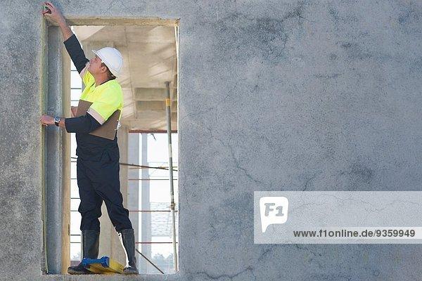 Bauleiter greift zur Kontrolle der Einfahrt auf der Baustelle