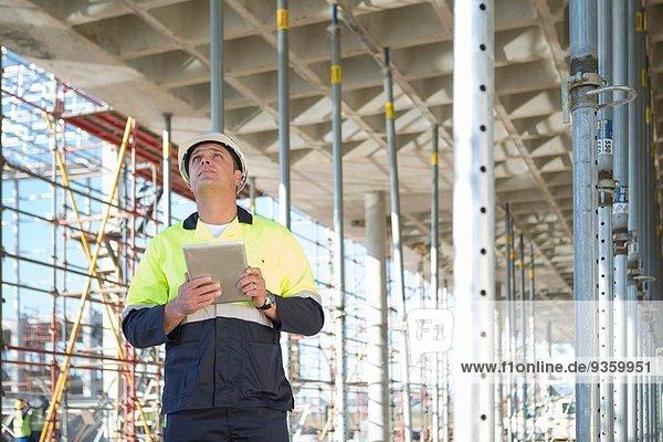 Bauleiter mit digitalem Tablett auf der Baustelle