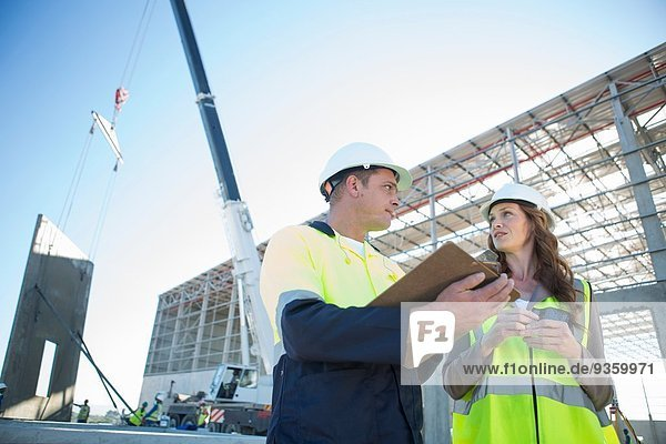 Bauleiter mit Zwischenablage Architekt auf der Baustelle