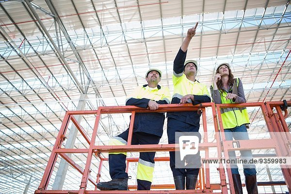 Flachwinkelansicht der Bauleiter und des Architekten von der Aussichtsplattform auf der Baustelle aus