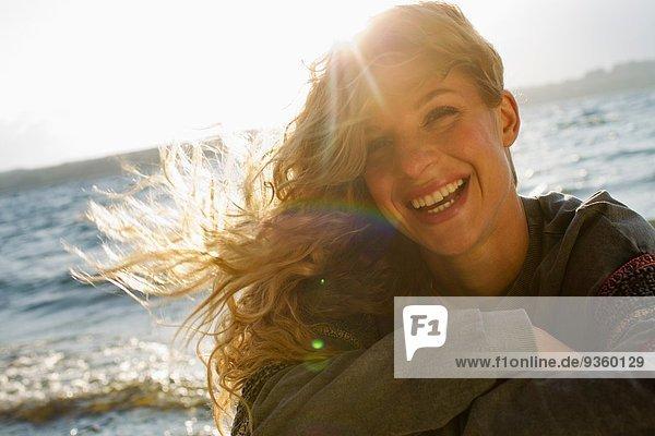 Frau am windigen Strand eingewickelt Frau am windigen Strand eingewickelt