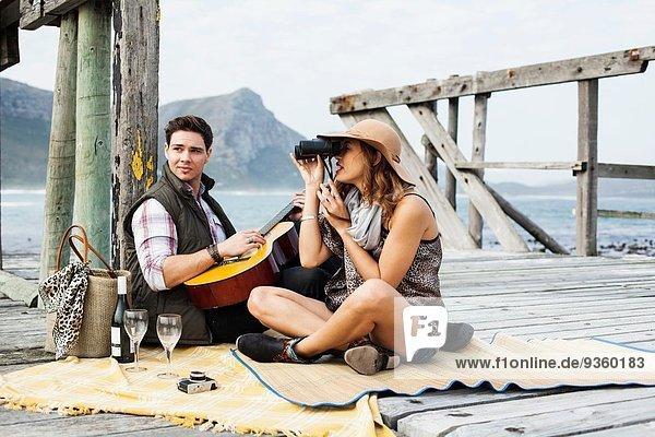 Junges Paar beim Picknick am alten Pier  Kapstadt  Westkap  Südafrika
