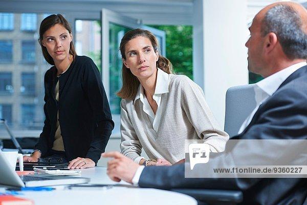Drei Geschäftskollegen treffen sich im Büro