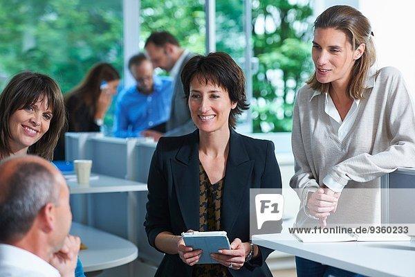 Geschäftskollegen bei einem informellen Treffen im Büro