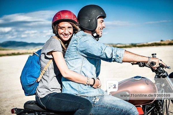 Mittleres erwachsenes Paar beim Motorradfahren auf trockener Ebene  Cagliari  Sardinien  Italien