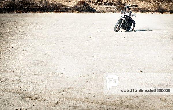 Motorradfahren auf trockener Ebene  Cagliari  Sardinien  Italien