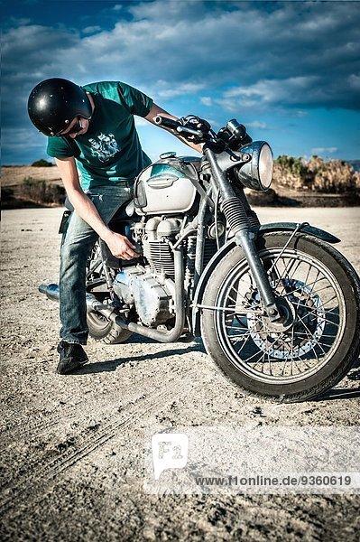 Mittlerer Erwachsener Mann beim Motorradfahren auf trockener Ebene  Cagliari  Sardinien  Italien