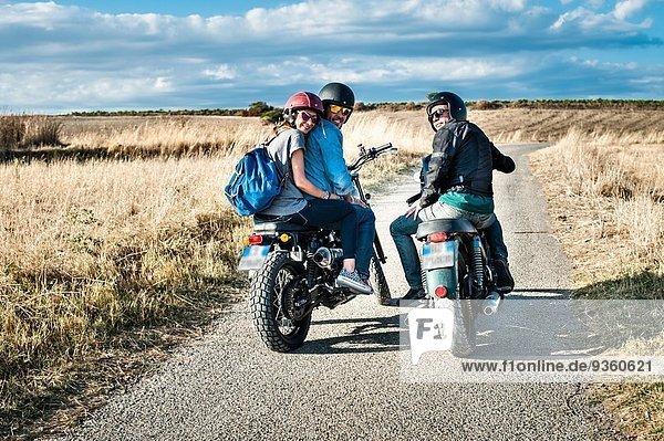 Rückansicht von drei Freunden auf Motorrädern auf Landstraße  Cagliari  Sardinien  Italien