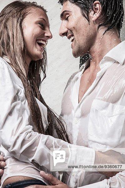 Paar unter der Dusche gekleidet