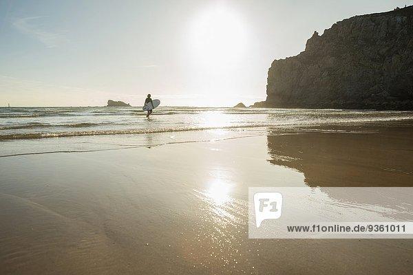 Seniorin mit Surfbrett  Camaret-sur-mer  Bretagne  Frankreich