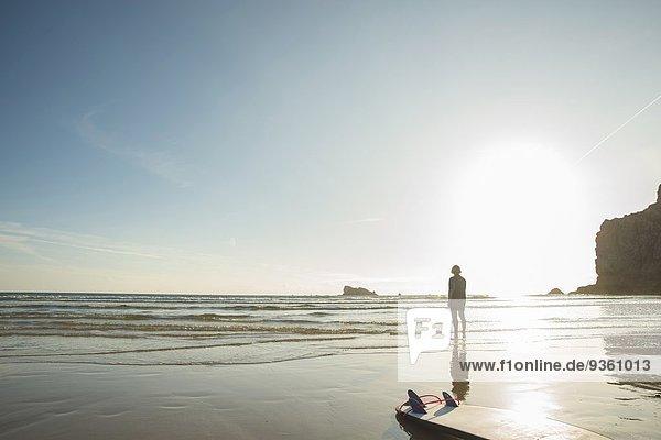 Senior Surferin mit Blick aufs Meer  Camaret-sur-mer  Bretagne  Frankreich