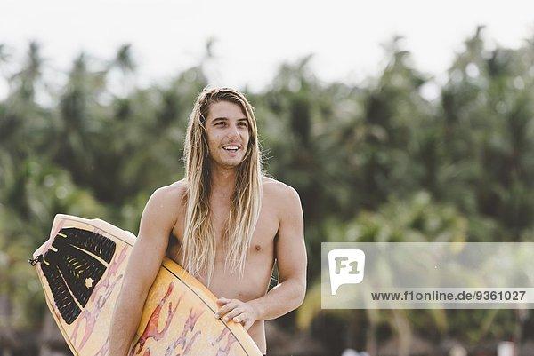 Australischer Surfer mit Surfbrett