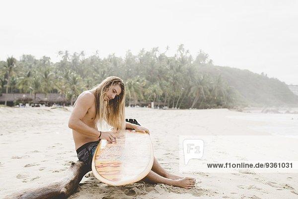 Australischer Surfer beim Surfen  Bacocho  Puerto Escondido  Mexiko