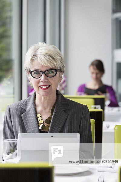 benutzen Europäer Geschäftsfrau Computer Restaurant Tablet PC