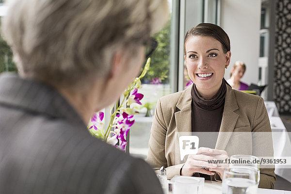 Europäer Geschäftsfrau sprechen Restaurant