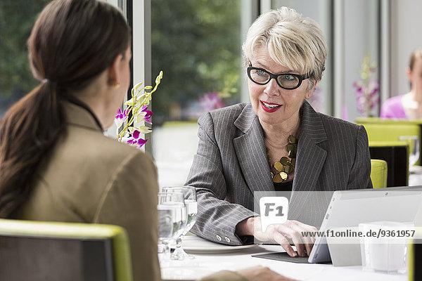 Europäer Geschäftsfrau arbeiten Restaurant