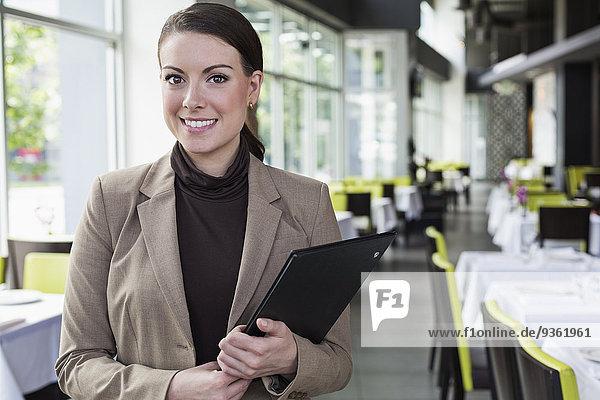 stehend Europäer Geschäftsfrau Restaurant