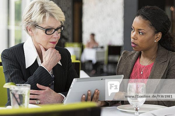 benutzen Geschäftsfrau Computer Restaurant Tablet PC