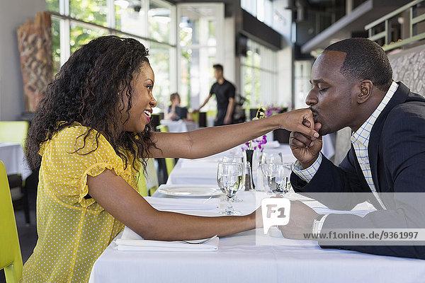 Mann küssen Restaurant amerikanisch