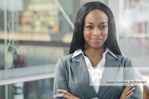 Geschäftsfrau lächeln mischen Büro Mixed