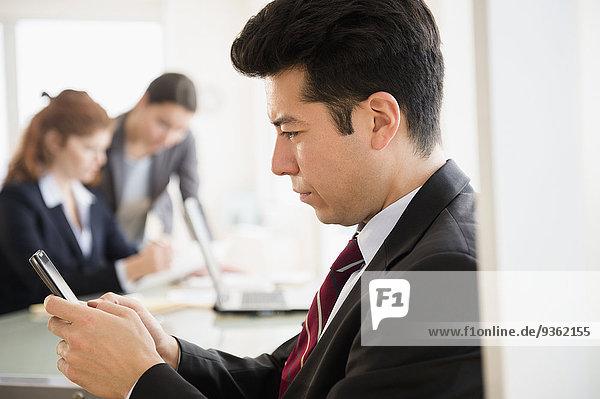 Handy benutzen Geschäftsmann Büro