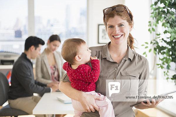 Geschäftsfrau halten Büro Baby