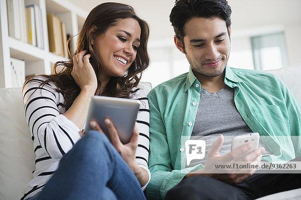 Zusammenhalt benutzen Technologie Couch