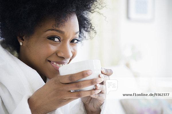 Frau Tasse amerikanisch trinken Kaffee