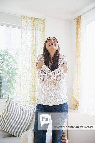 Frau lächeln Zimmer Wohnzimmer