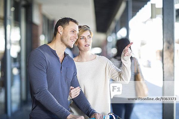 Ein Paar beobachtet etwas