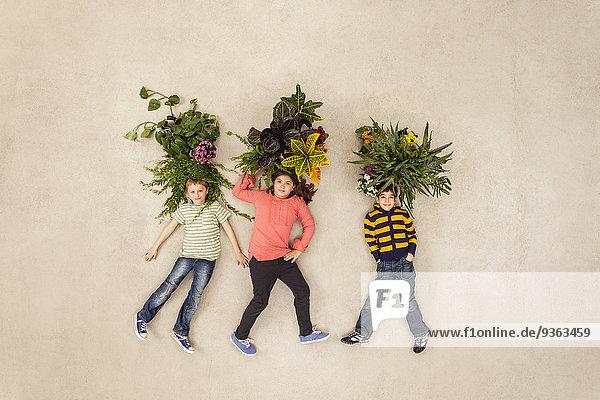 Kinder mit aus dem Kopf wachsenden Pflanzen