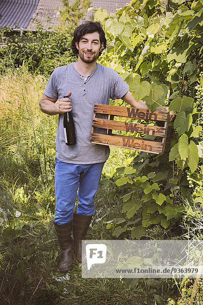 Germany  Northrhine Westphalia  Bornheim  Man in vinyard