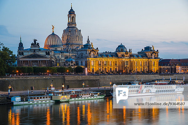 Deutschland  Sachsen  Dresden  Blick auf Akademie der Bildenden Künste  Brühlsche Terrasse  Sekundogenitur und Frauenkirche mit Elbufer am Abend
